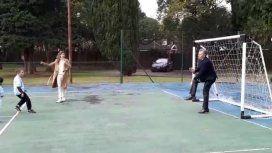 Macri recibió un pelotazo durante un picadito picante