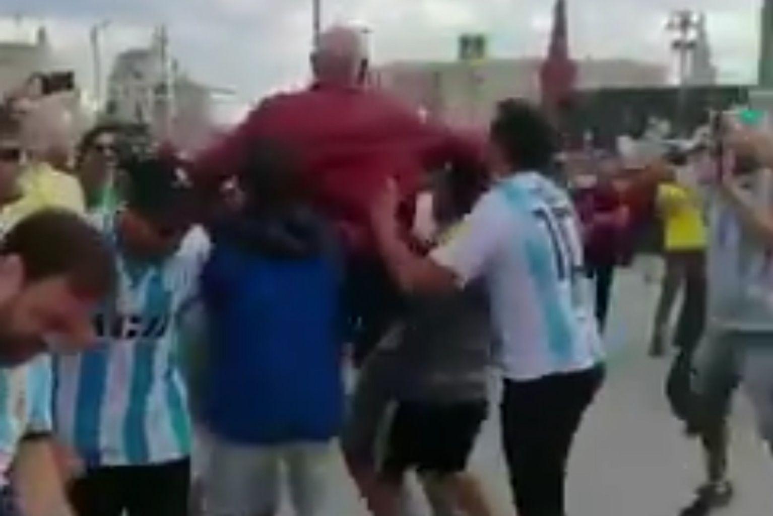 El rebusque de los hinchas argentinos en Rusia: el auténtico pogo