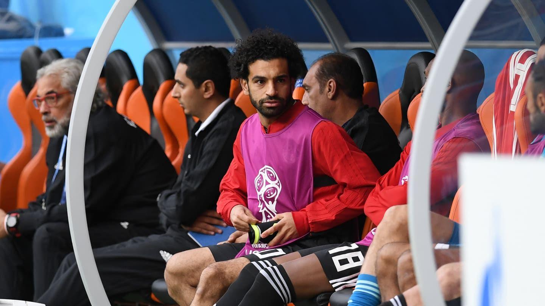¡No se puede creer! Salah se trabó con una pechera en el hombro lesionado