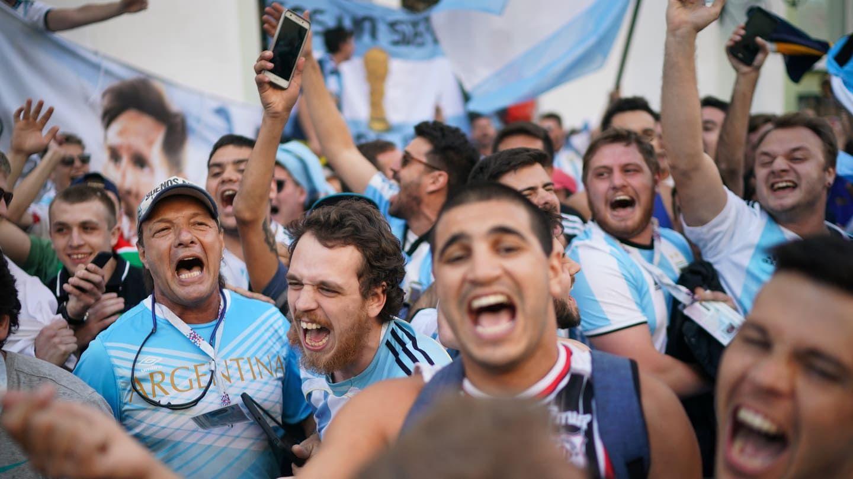 Le dieron el alta al hincha argentino al que se le cayó un hombre encima