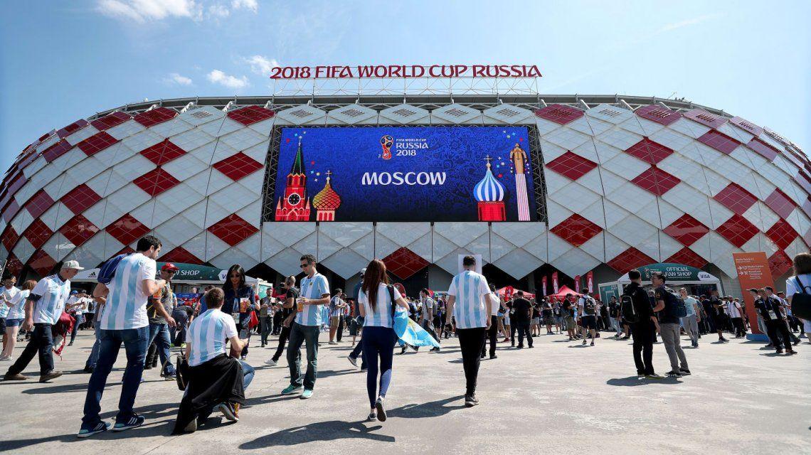 La gente llega a Moscú y los clubes apoyan en las redes