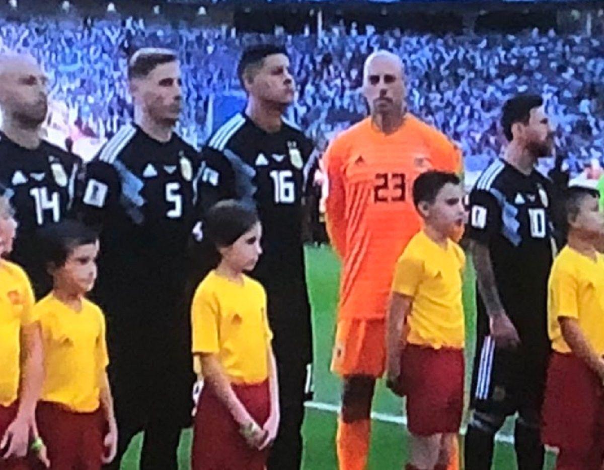 Wilfredo Caballero dio la nota durante el himno argentino en Moscú