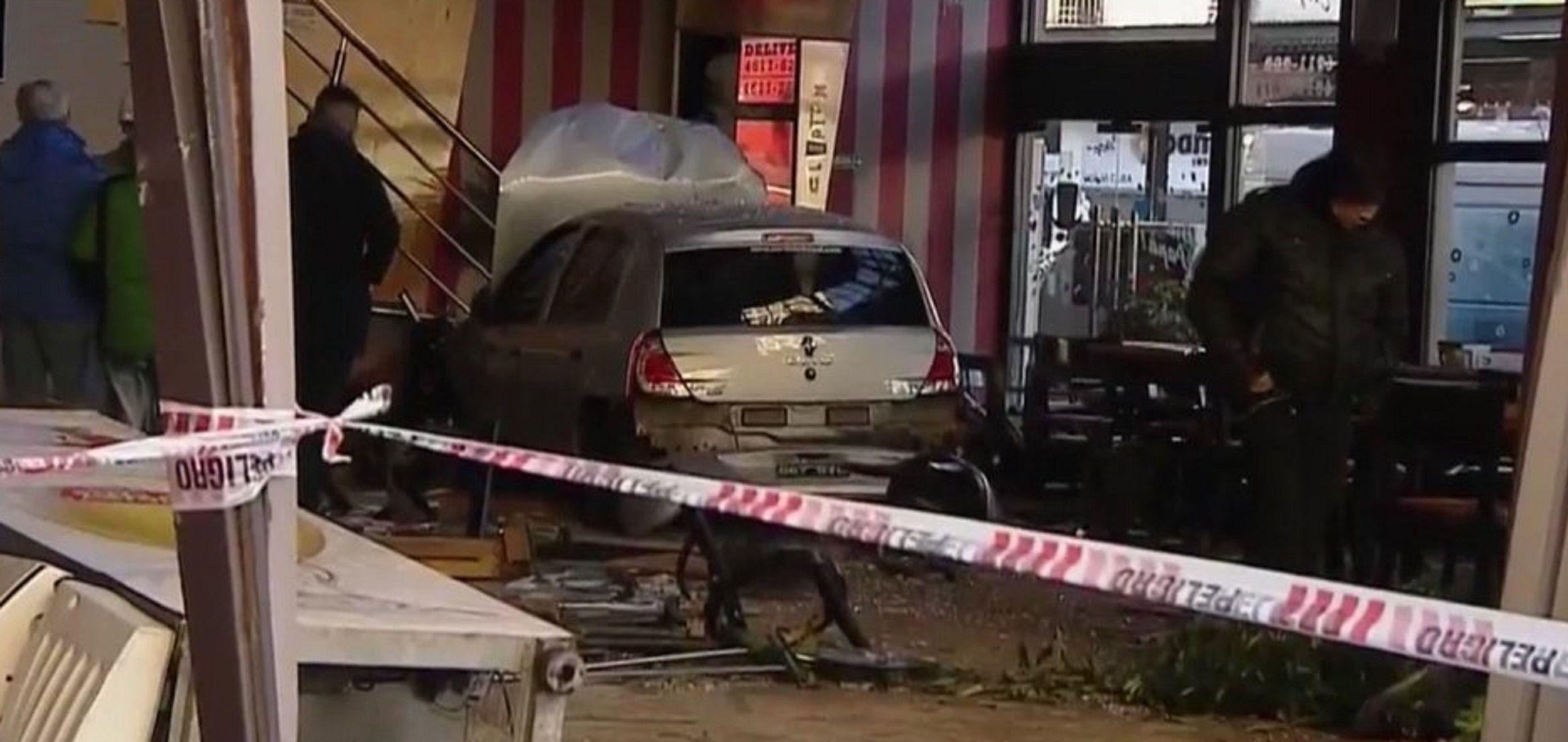 Un auto se incrustó en una confitería en Flores