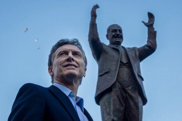 Mauricio Macri con el monumento a Juan Domingo Perón que inauguró en la campaña de 2015<br>
