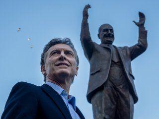 Mauricio Macri con el monumento a Juan Domingo Perón que inauguró en la campaña de 2015