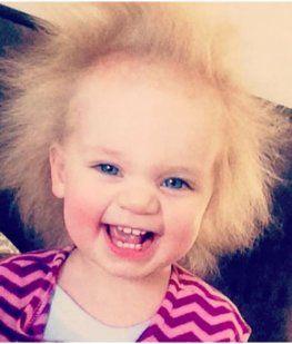 La bebé Einstein que tiene un pelo impeinable y causa furor en las redes