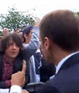 Macron se cruzó con un adolescente que le cantó La Internacional y le dijo Manu