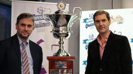 Mariano Elizondo y Adrián Pallarols con el trofeo que ganó Boca en la Superliga
