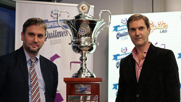 Mariano Elizondo y Adrián Pallarols con el trofeo que ganó Boca en la Superliga pasada