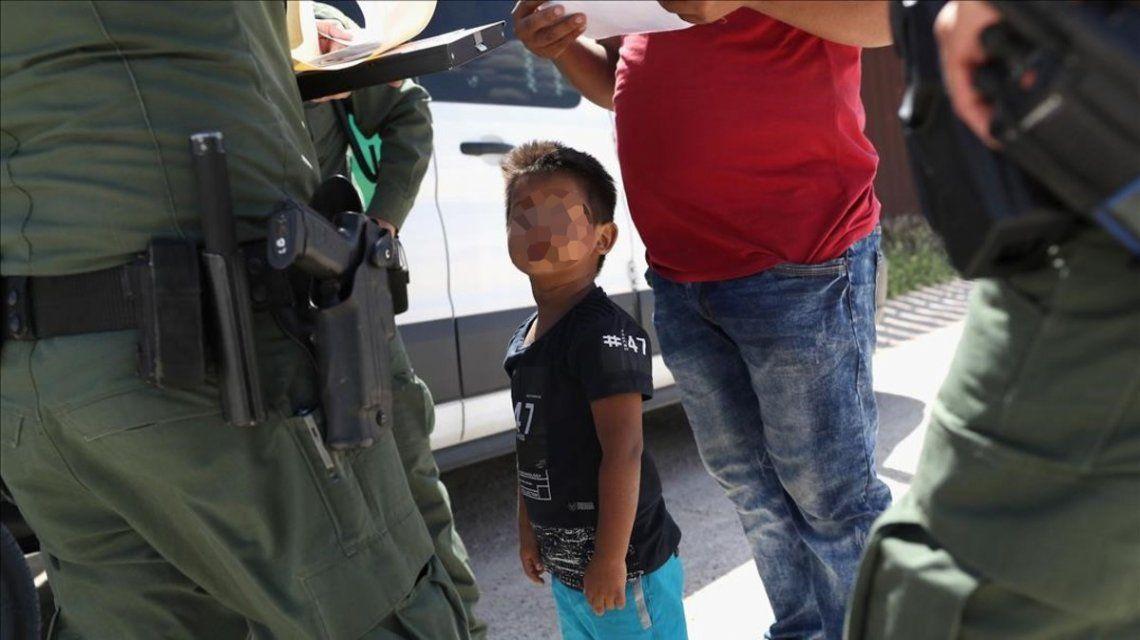 Los niños son apartados violentamente de sus padres en la frontera