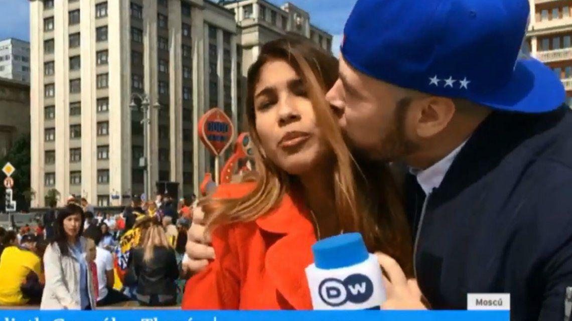 Una periodista colombiana fue acosada por un hincha durante una transmisión en vivo