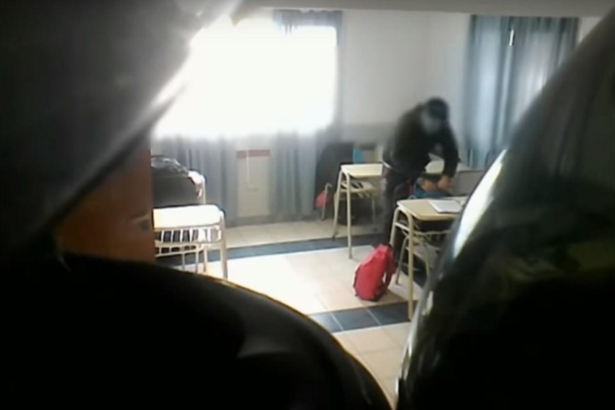 In fraganti: grabaron a un profesor mientras le robaba a sus alumnos