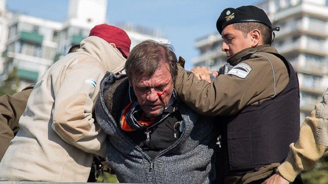 Identificaron al hombre que se subió con un cuchillo al palco del Monumento a la Bandera