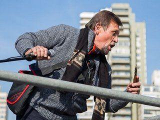 Un hombre se subió al escenario con un cuchillo amenazando a la gente. (rosario3.com)