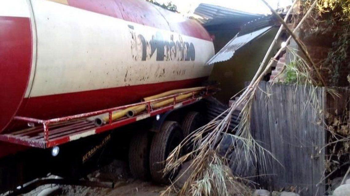 Un camión atmosférico se incrustó en una casa de Jujuy