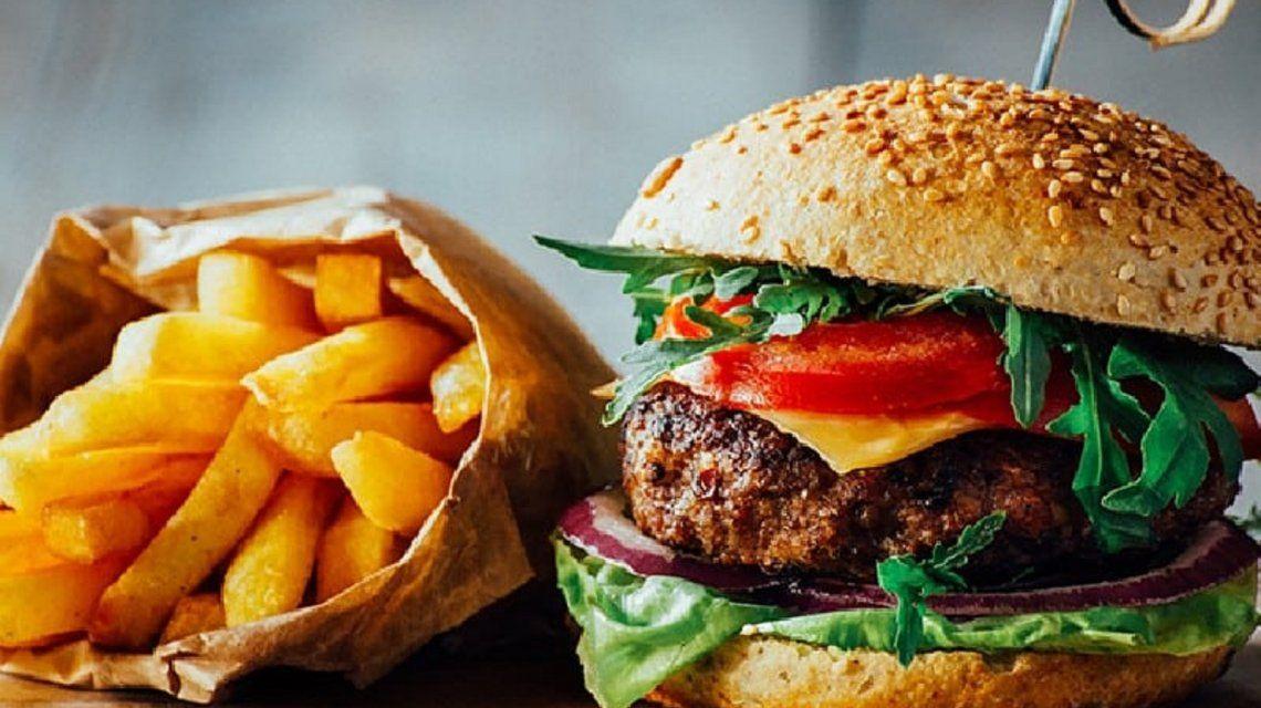 Por favor escupila: el desagradable ingrediente que descubrió un hombre en su hamburguesa
