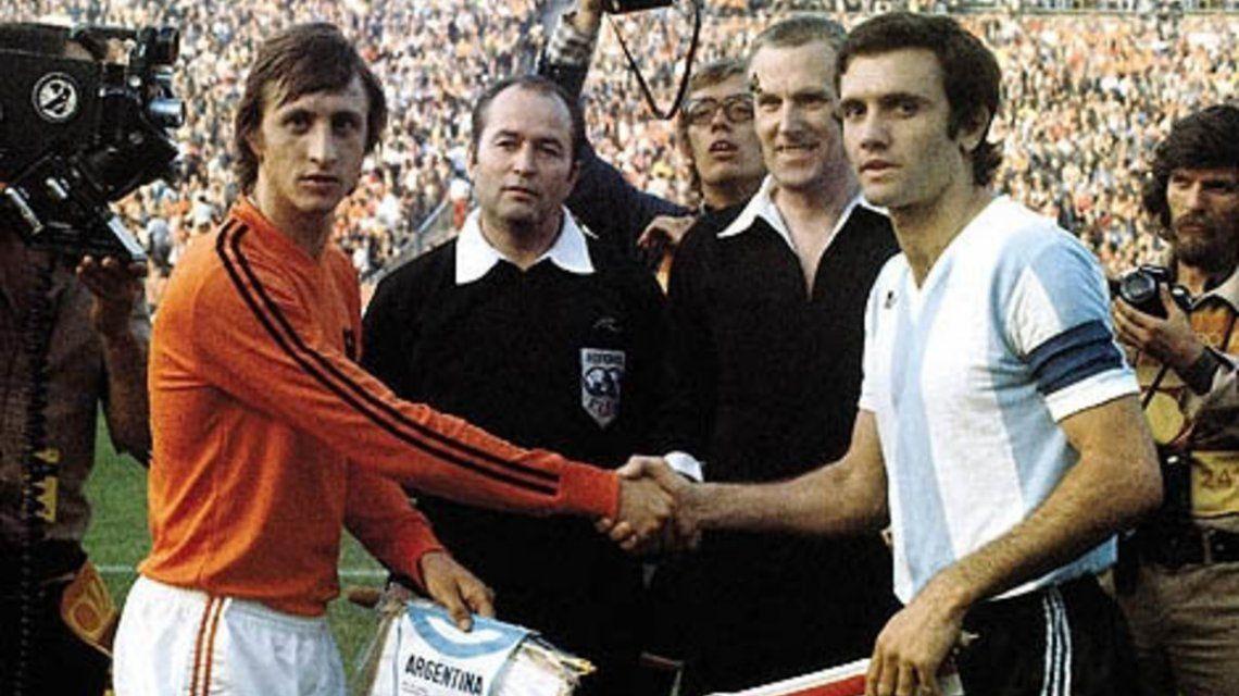 Johan Cruyff y Roberto Perfumo en el Mundial de Alemania Federal 1974