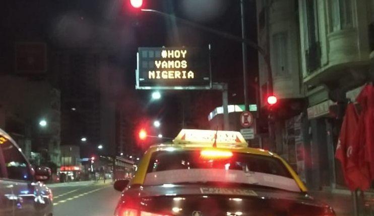 Vamos Nigeria: el insólito mensaje con el que amanecieron las calles de Buenos Aires