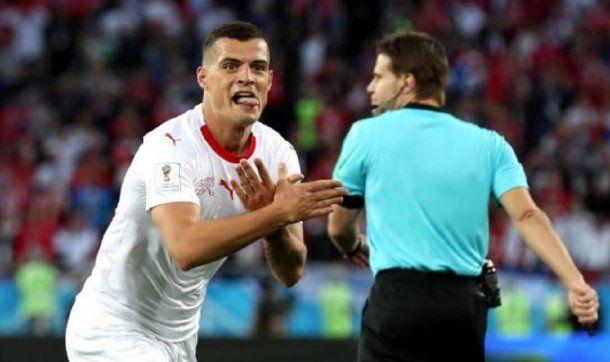 Granit Xhaka festeja su gol con el águila de dos cabezas albanesa<br>