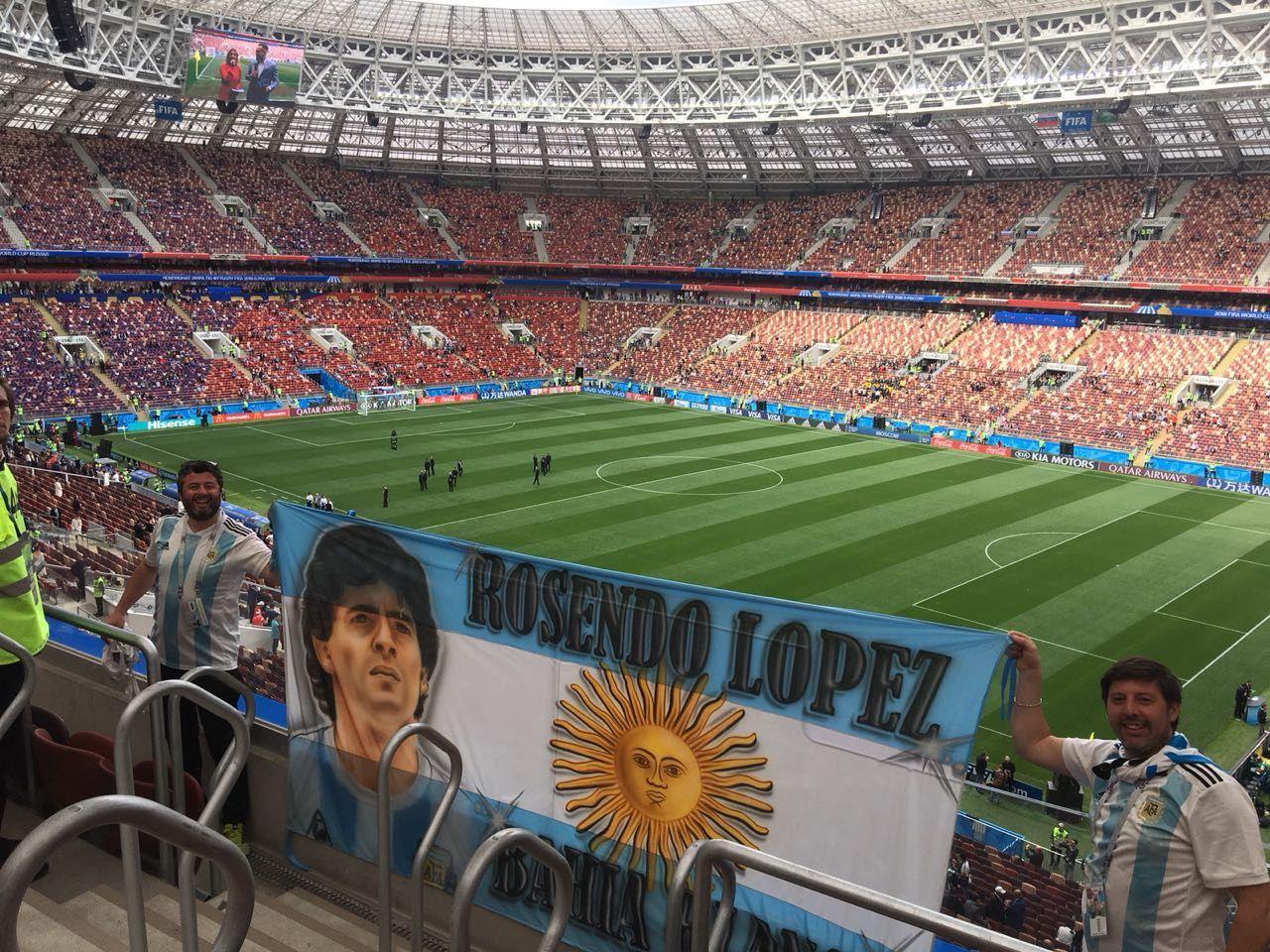 El argentino del video es el hincha argentino que está a la derecha