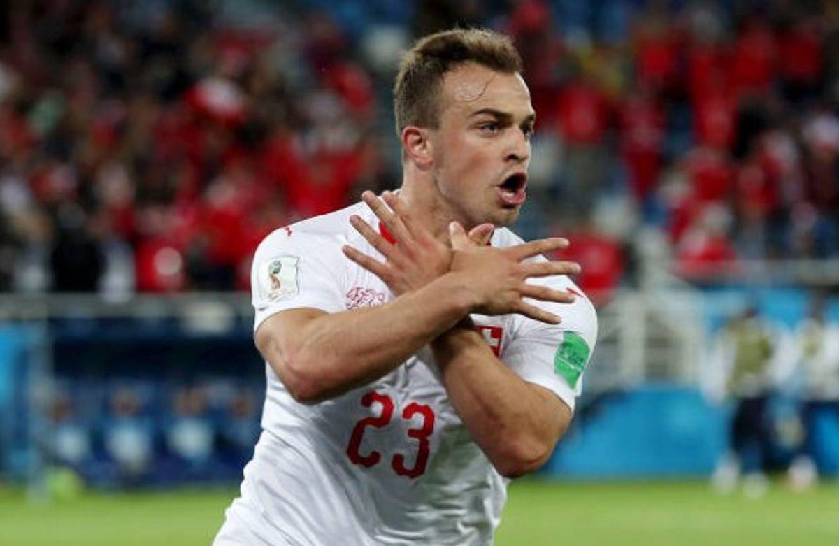 Xherdan Shaqiri celebra su gol haciendo también el águila de dos cabezas con sus manos