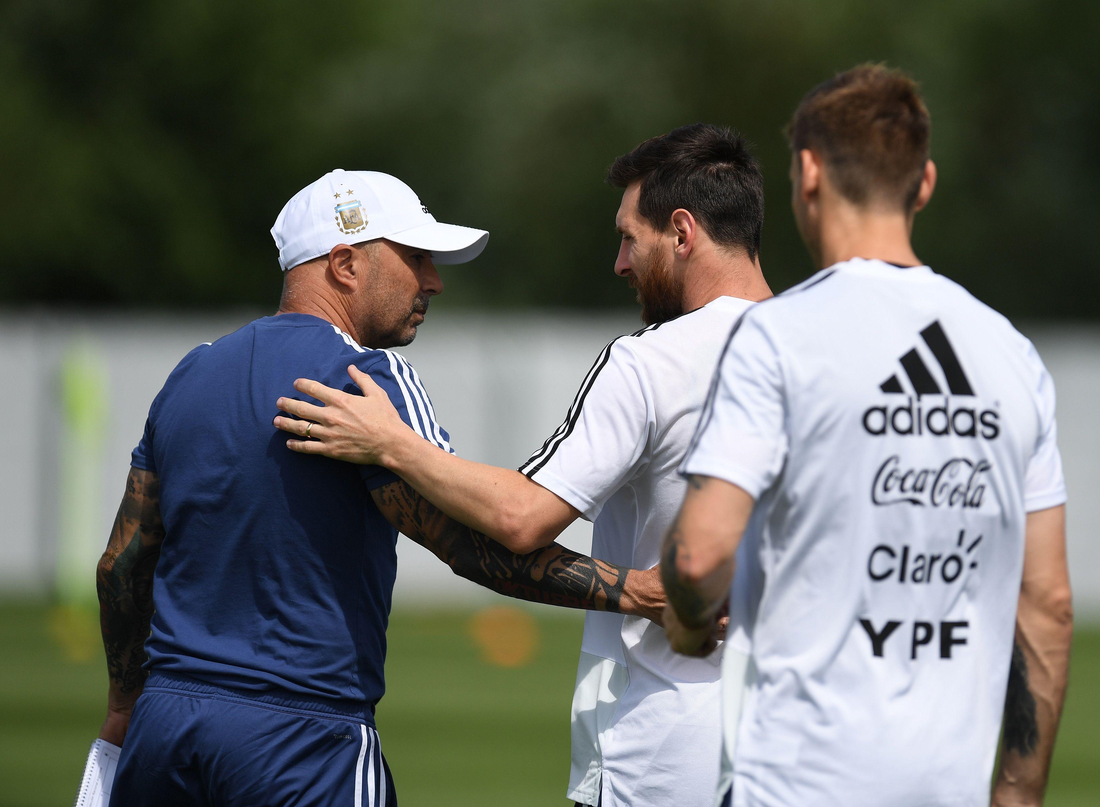 Beso y palmada: el saludo de Sampaoli a Messi por su cumpleaños