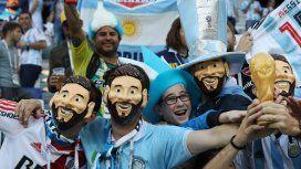 Peleas y cantos homofóbicos: la FIFA multó a la AFA por el comportamiento de los hinchas