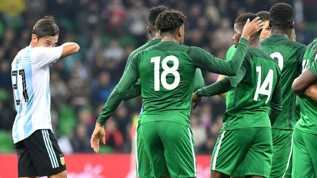 Paulo Dybala se lamenta por el gol de Nigeria