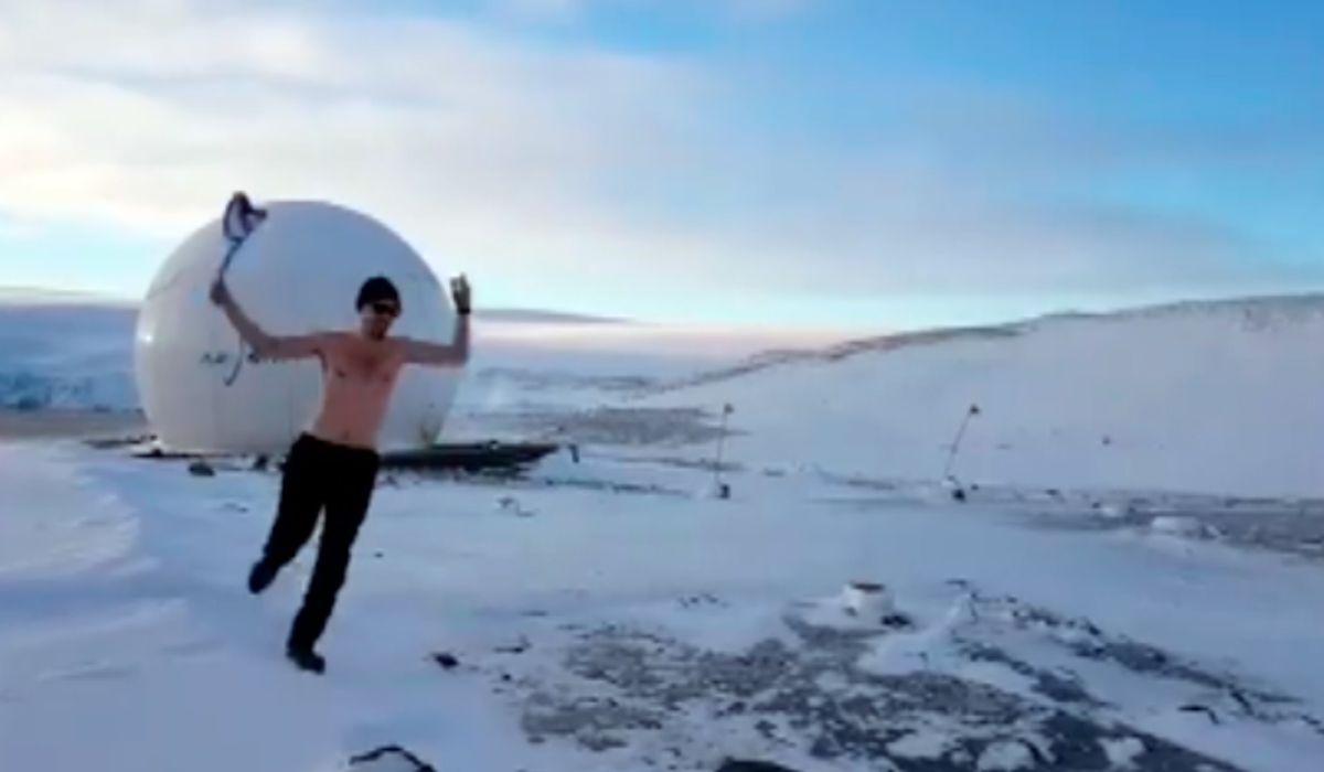¡Locura total! Se desnudó en plena Antártida para alentar a la Selección