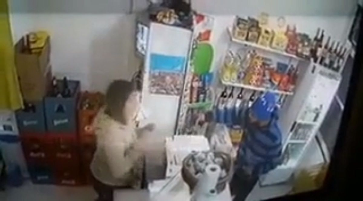 El robo fue registrado con una cámara de seguridad del local