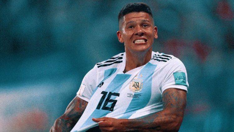 Marcos Rojo celebra su gol llevando a Messi sobre su espalda