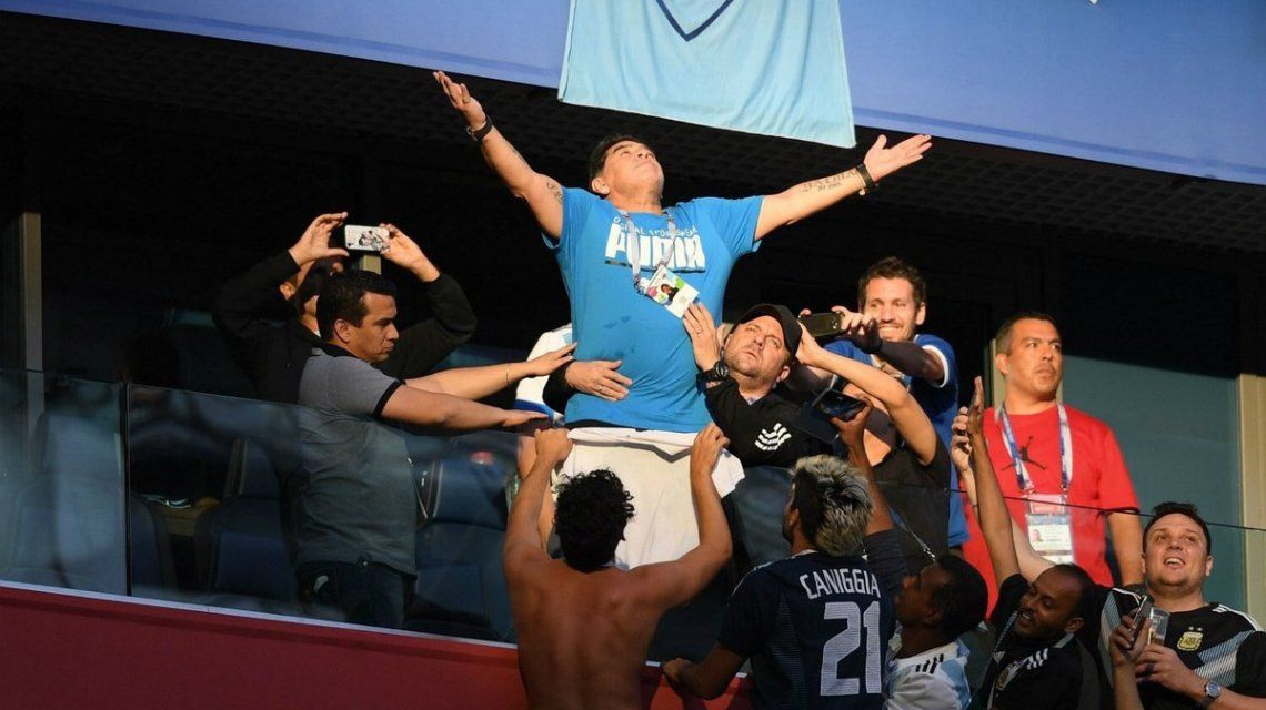 La foto del año desde todos los ángulos: el festejo de Maradona en el gol de Messi a Nigeria