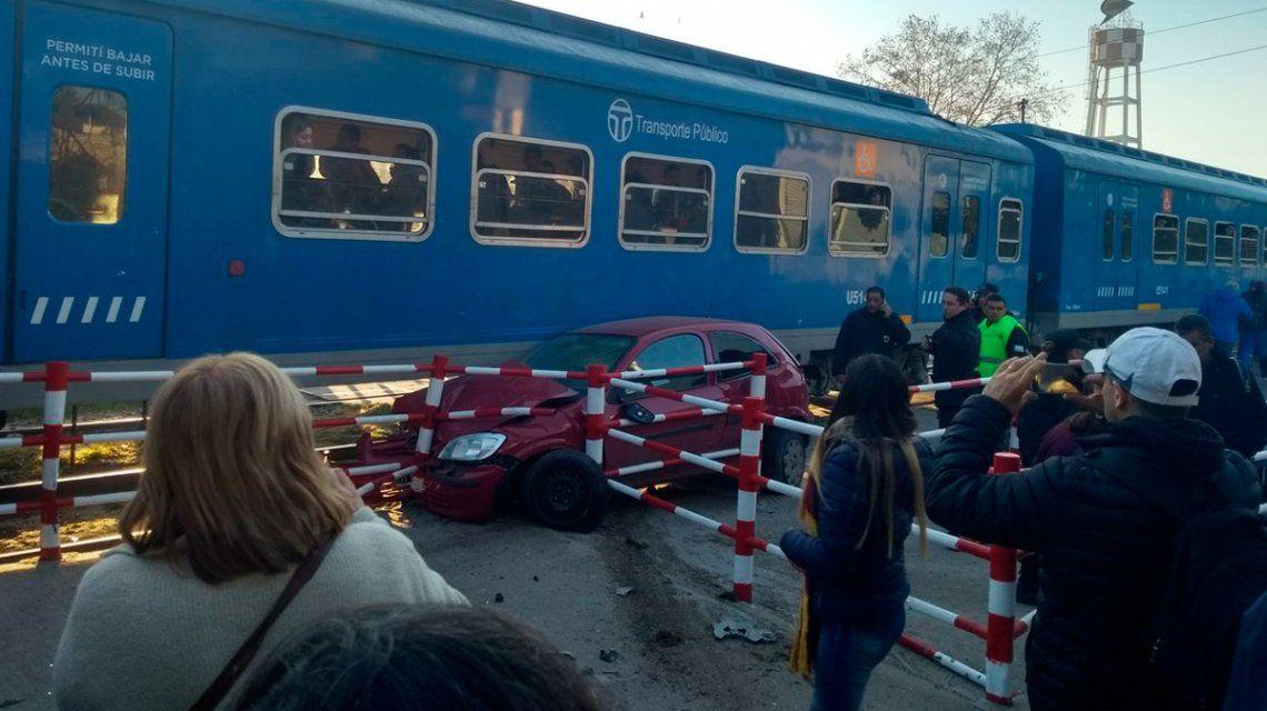 Terrible accidente en Bella Vista: un auto fue arrastrado por el tren San Martín