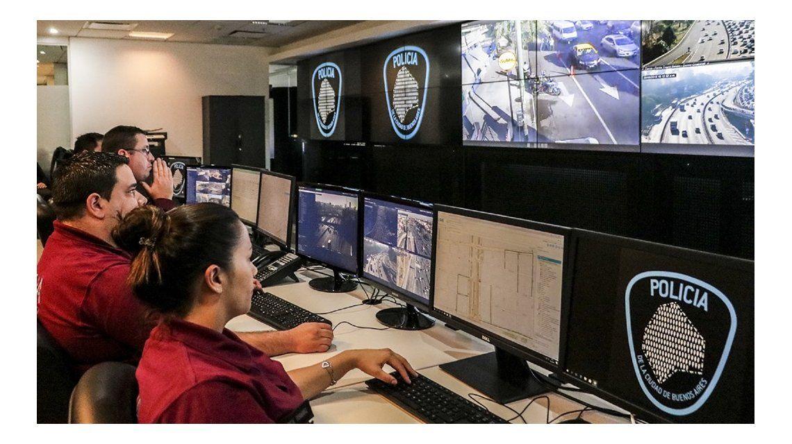 Operadores del 911 en el centro de comando de la Policía de la Ciudad.