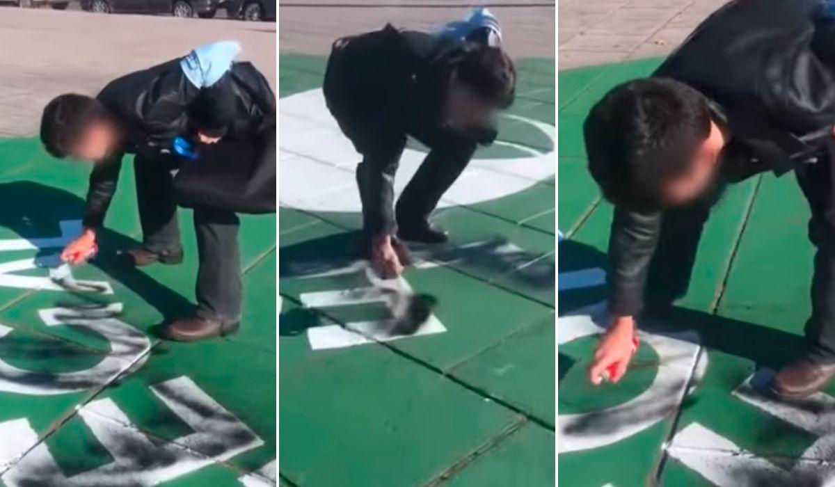 Un militante provida pintó un pañuelo verde pintado en el piso