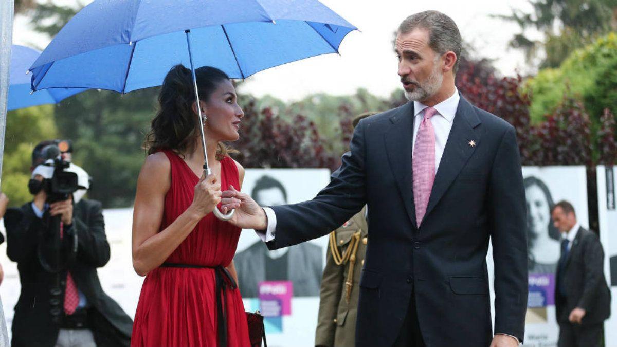 Letizia insistió con llevar su propio paraguas a pesar del ofrecimiento del rey