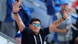 Anteojos de sol y chomba: así estaba Maradona viendo a la Selección ante Francia