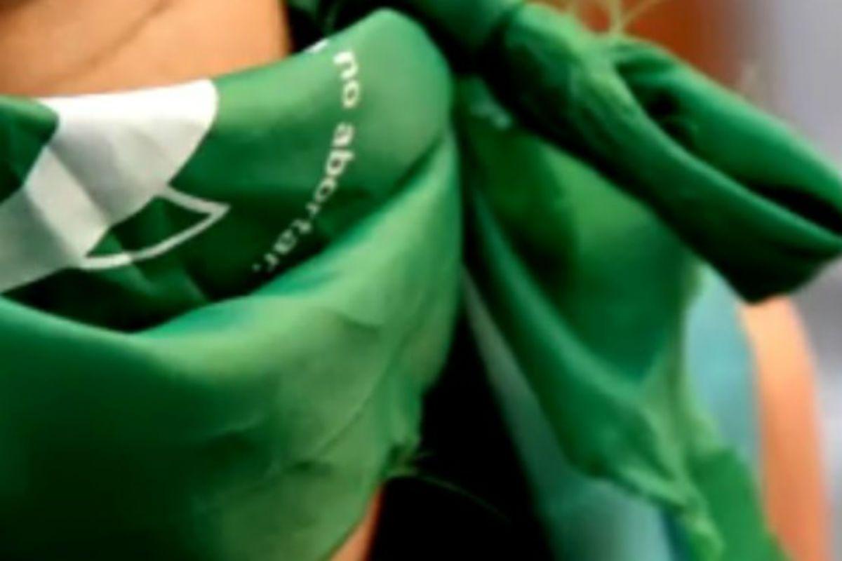 Golpearon y amenazaron de muerte a tres chicas por tener el pañuelo verde