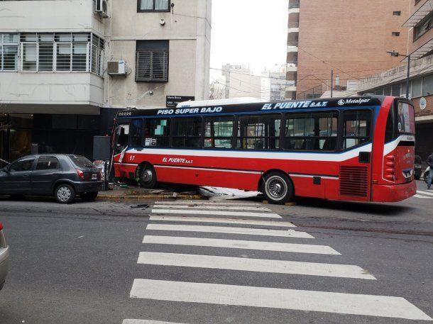 El colectivo 128 quedó incrustado en un edificio de Cabrera y Mario Bravo