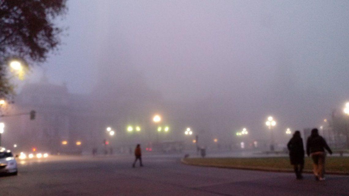 Persiste la niebla pero de a poco se reanudan las operaciones en los aeropuertos