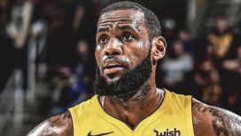 Apenas se confirmó el fichaje, comenzó a circular este fotomontaje de LeBron James con la casaca de Los Ángeles Lakers