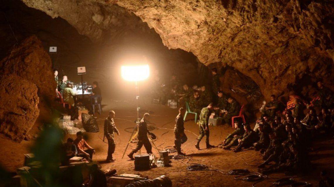 Por la muerte de uno de los buzos, se suspendió el rescate con buzos de los chicos en Tailandia