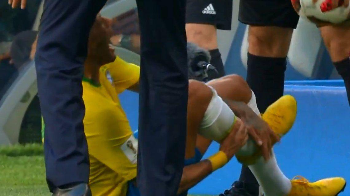La peor actuación: Neymar simuló un golpe de la manera más insólita ante México