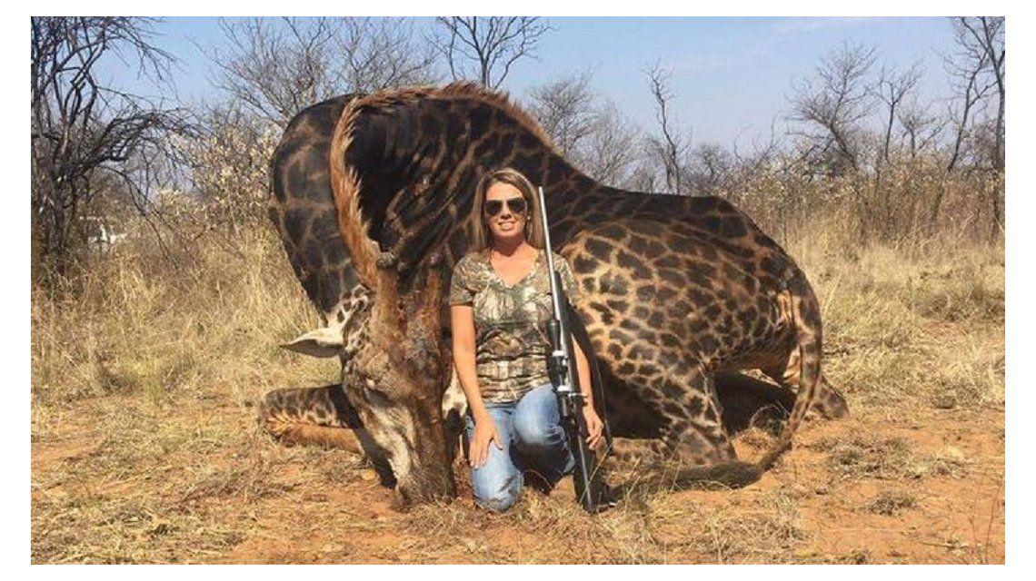 Cazó una jirafa negra y lo festejó en las redes sociales