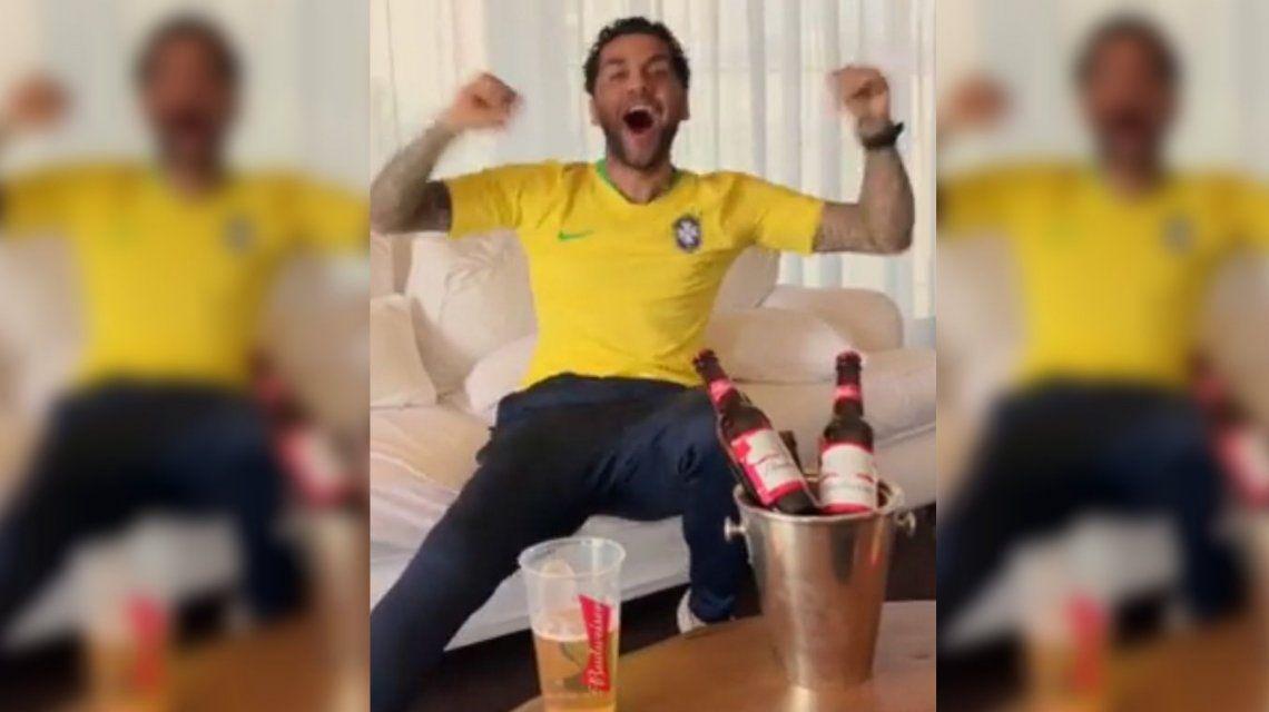 ¡Como un hincha más! El alocado festejo de Dani Alves por goles de Brasil ante México