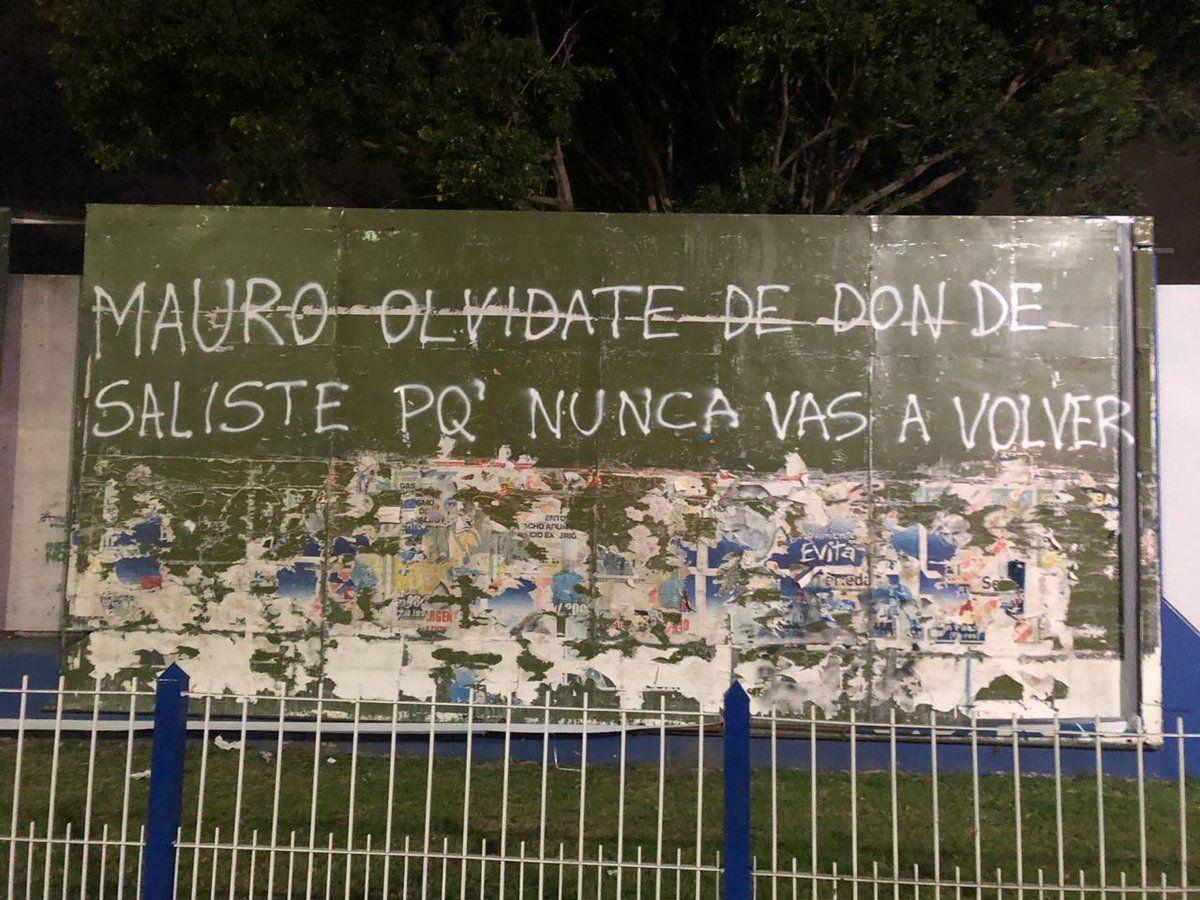 Arrancaron una gigantografía de Mauro Zárate y le dedicaron una pintada