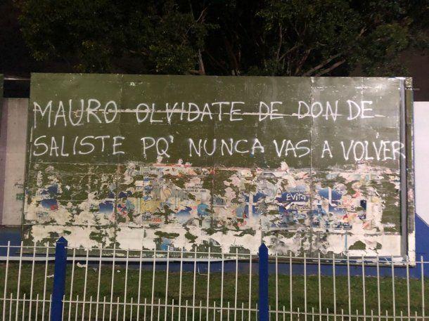 Arrancaron una gigantografía de Mauro Zárate y le dedicaron una pintada<br>