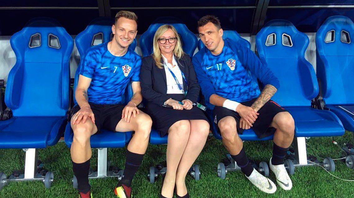 Iva Olivari junto a dos jugadores de la Selección