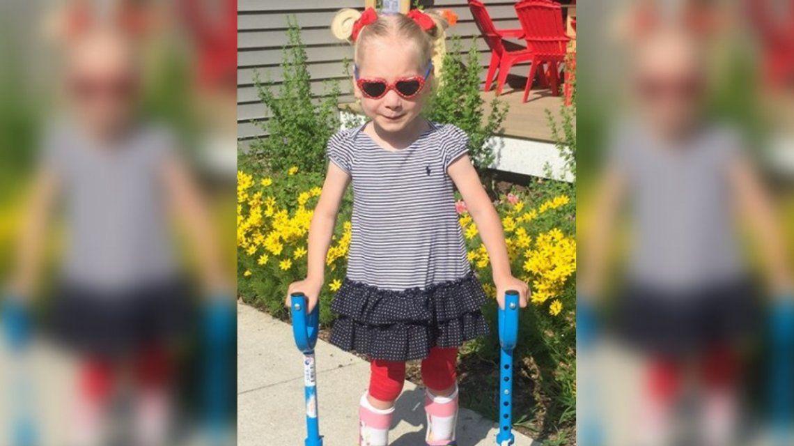 La emocionante reacción de una niña con parálisis que camina por primera vez