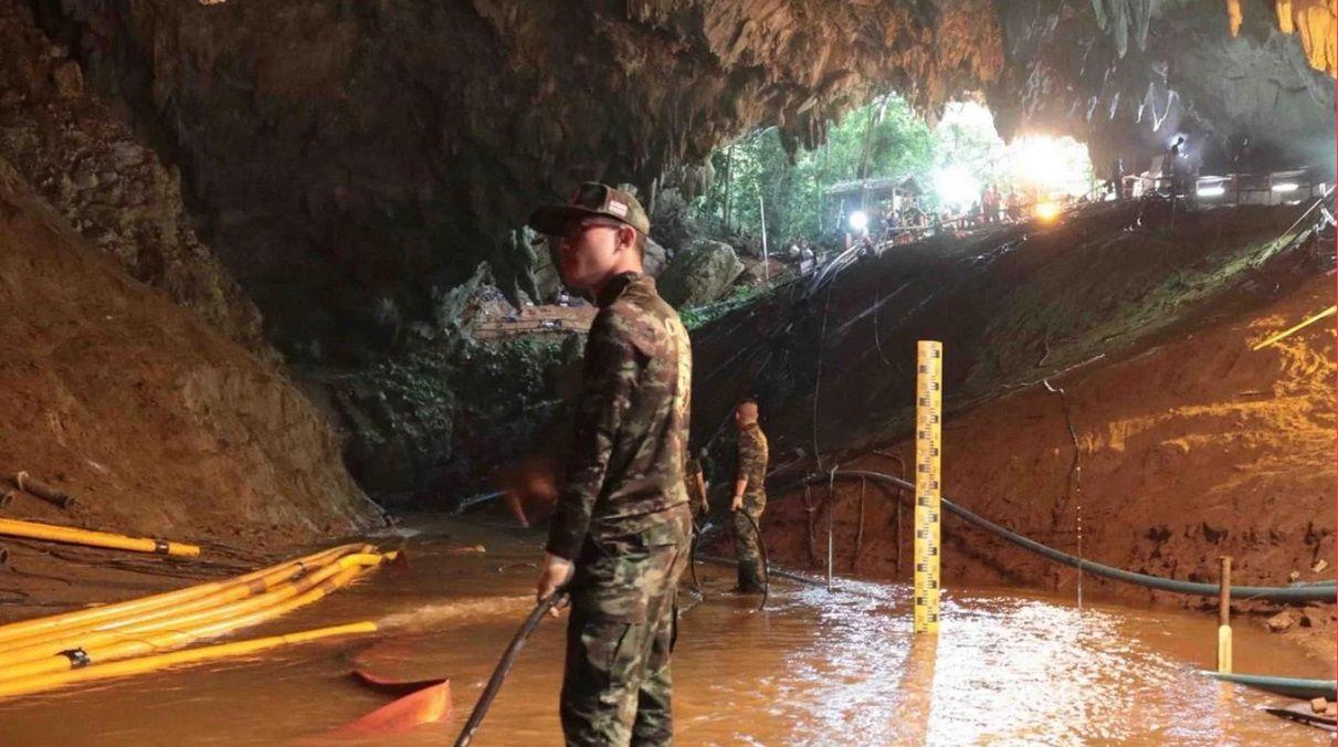 VIDEO: El rescate de los primeros chicos atrapados en la cueva de Tailandia